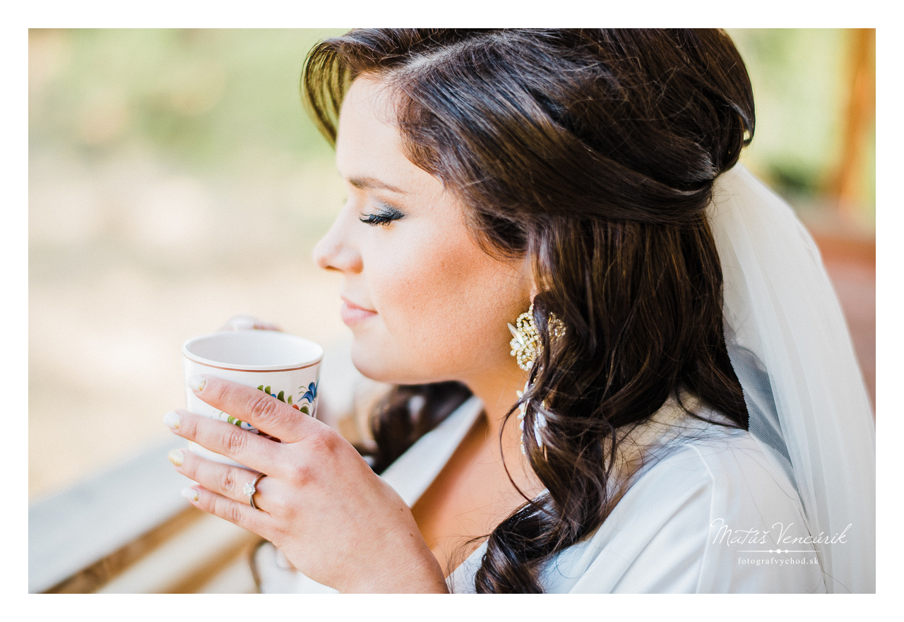 Svadobný fotograf nebol v strese, fotil svadobné prípravy s kávou v ruke